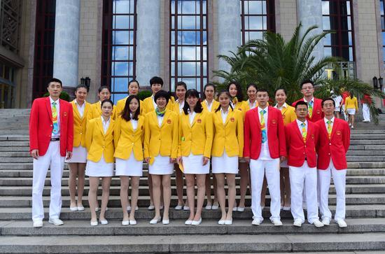 这是会见前,中国女子排球队运动员和教练员等在人民大会堂前合影。新华社记者张铎摄