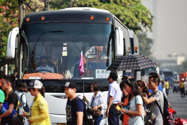 中国游客成为在泰旅游的最大群体之一,图为2016年2月11日,来自中国的团队游客走在泰国曼谷大皇宫附近。 新华社记者李芒茫摄