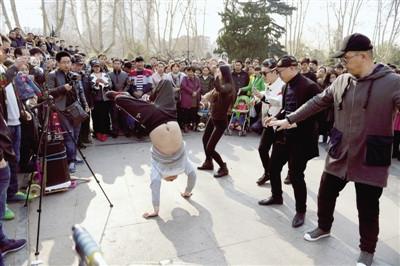 """郑州人民公园""""尬舞""""爆红 网友:看完好尴尬(图)"""