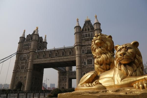 """苏州""""伦敦塔桥""""每座桥塔高40米,塔基长宽各10米,横向分为快车道、慢车道和人行道,总宽45.9米,塔楼下部开孔,供非机动车通行。纵向2个塔楼之间设有悬空人行通道,两侧装有玻璃窗,行人从桥上走过可以饱览元和塘两岸风光。"""