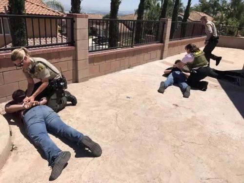 警察赶到,三名窃贼束手就擒。(美国《世界日报》)