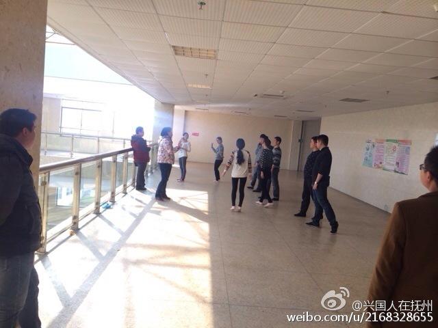医院职工上班排舞 患者在旁排队等候