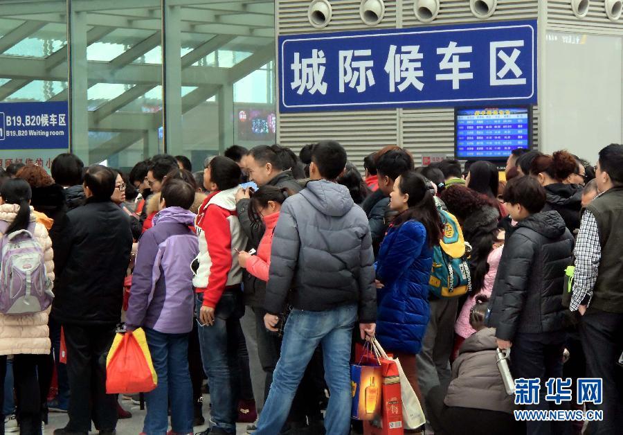 ...旅客较春节前大为减少,而乘坐城际铁路短途出游的旅客则明显... (28)