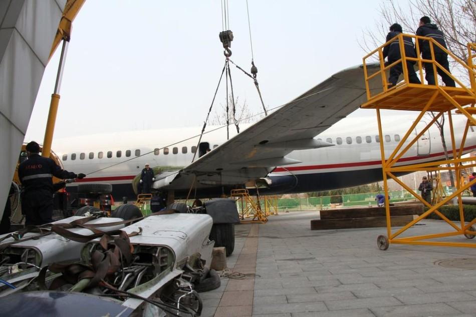 维修人员正在对波音737-300飞机进行机翼组装作业
