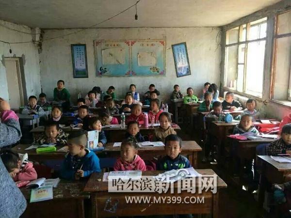 高高的篮球架、标准的足球门、整洁的运动服、崭新的计算机,近日哈尔滨市某教育平台联合多名义工,赶赴肇东市民主乡黎明小学为那里的200多位师生送去五一节前的礼物。   在捐助现场,该教育平台从北京请来了心理教师,与同学、老师和家长一同做起了亲情游戏,在游戏中让同学们充分体会到亲情的重要,认识到家庭的可贵。同学们在游戏中也敞开心扉,向老师、同学和家长倾吐心中的想法,逐渐变得开朗起来。   黎明小学的教师告诉记者,该校学生们的家庭经济条件普遍不好,学生们对外界接触的也少,几天前,当知道有来自哈尔滨的义工