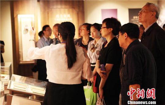 图为宁波教育博物馆内参观者在聆听讲解 苏善生 摄