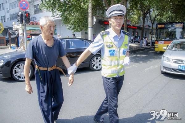 交警扶老人过马路
