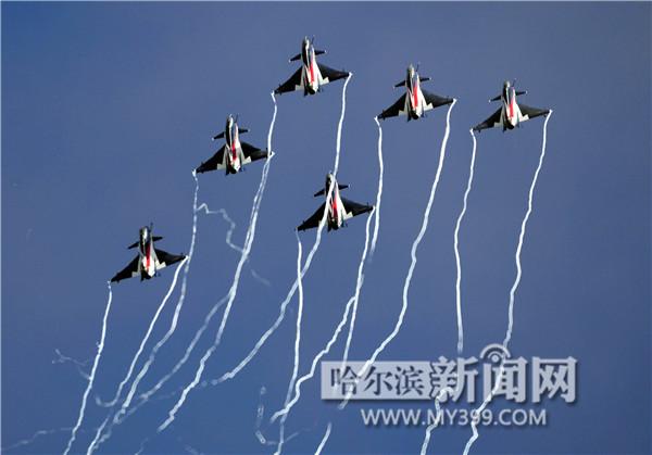 """空军""""八一""""飞行表演队驾驶""""歼-10""""飞机进行""""6机编队""""飞行,机翼翼梢"""