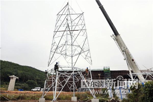 哈佳高铁搭建输电线路铁塔