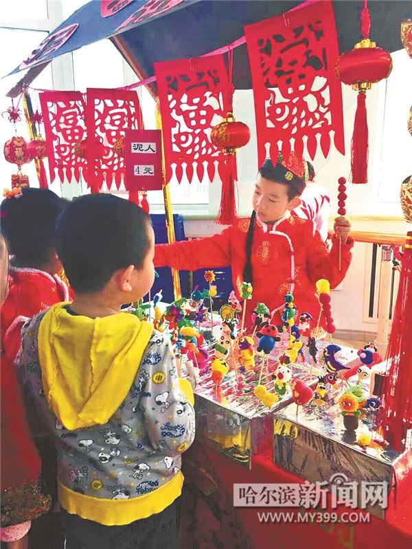"""昨天,哈尔滨工大幼儿园音体室大厅开办了年味十足的""""年货大集"""",小"""