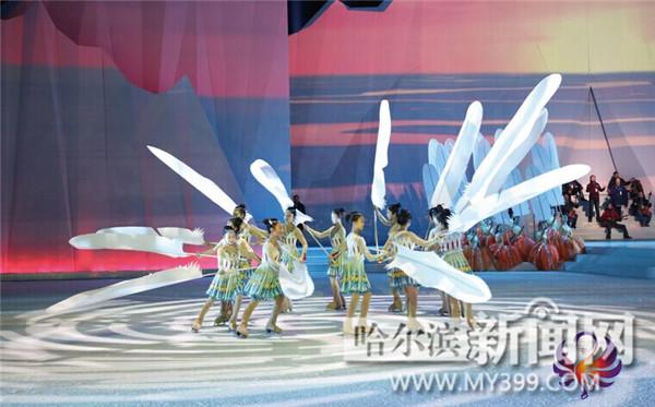 1月20日,万众期待的全国第十三届冬季运动会开幕式在新疆乌鲁木齐市拉开帷幕。恢宏大气、精彩纷呈的开幕式CCTV520日18时进行了现场直播,黑龙江省杂技团冰上表演队在全国观众面前惊艳亮相。彰显了龙江冰雪文化的独特魅力,充分宣传了龙江冰雪文化。 十三冬大舞台上的龙江范儿 记者注意到,在全国第十三届冬季运动会开幕式演出中,来自黑龙江省杂技团的50名冰上杂技演员承担了开幕式《序》和第一章冰雪缘《冰雪少年》、《冰上嘉年华》,冰上杂技演员们分别表演了冰上特技、冰上蹦床钻圈、冰上高跷、冰上手技、冰上高拐;