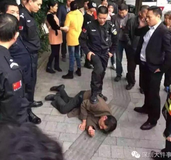 据网友报料:21日下午3时许,深圳南山区世纪村东门,一个陌生男子抱起小孩就跑,幸亏被小区保安发现及时将其制服!随后陌生男子被南山区沙河派出所民警带走,有人怀疑是人贩子,具体情况警察仍在进一步调查中。