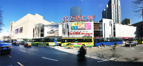 哈尔滨香坊万达广场,是哈尔滨首席城市综合体,商业巨无霸哈尔滨香坊万达广场的精彩呈现给区域与片区所带来的人气与商机就不言而喻,随着大型政府机构及企业总部的迁入,开发区已成为哈尔滨现代化的标尺,商业豪华组团,顶级商务与生活做到一站式满足,项目业态的综合性和规模效应是其它项目无法复制与比拟,同时亦提升了整个片区的形象地位,地段及项目的附加值,土地增值迅速,随着万达广场自身拥有哈尔滨万达索菲特大酒店、万达百货、万达国际影城、大润发超市、国美电器、必胜客、特色酒吧高级餐饮等多种国际生活品质的完善配套,一切都显得如