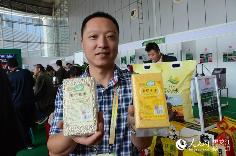 """""""121店""""展会负责人田东推介展示绿色有机杂粮。杨海全 摄"""