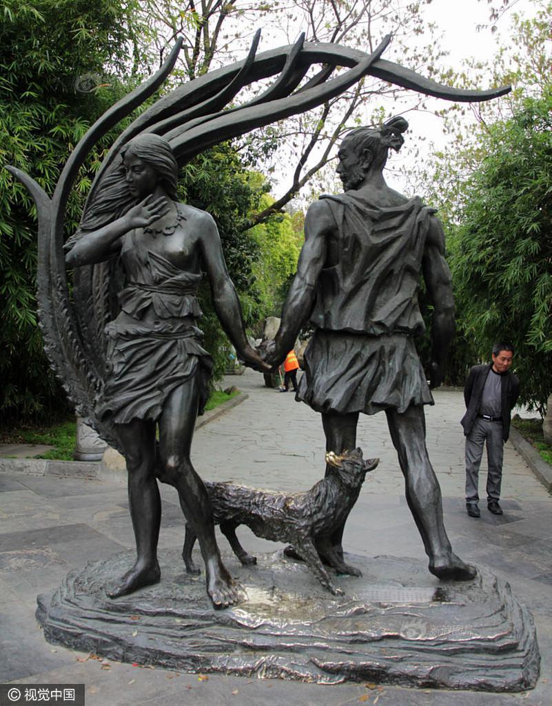 """大禹妻子雕塑遭""""袭胸"""" 胸部被摸得发亮"""