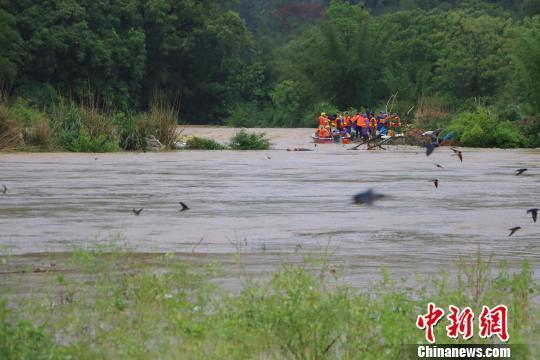突降暴雨广西鹿寨14人被困河中消防紧急救援