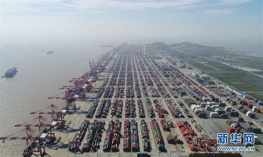 这是航拍的上海洋山港集装箱码头(4月23日摄)。