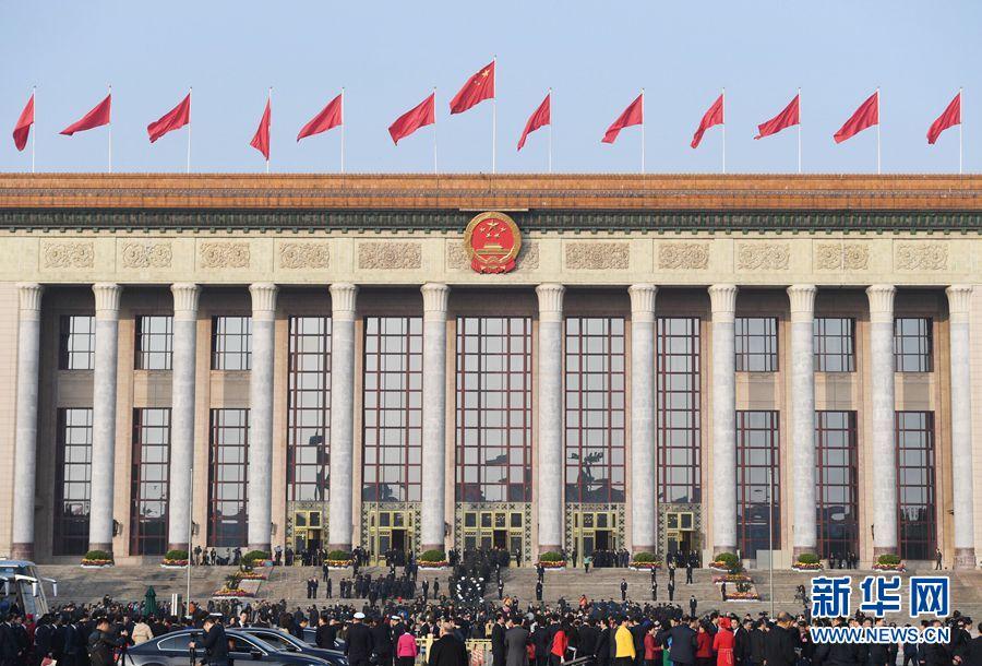 10月24日,中国共产党第十九次全国代表大会在北京人民大会堂举行闭幕会。这是代表走向人民大会堂。 新华社记者 申宏 摄
