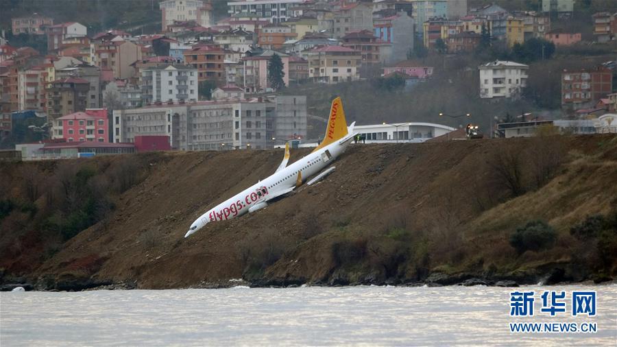 (国际)(2)土耳其一架客机降落时滑出跑道险些坠海