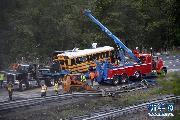 (国际)美国一校车与卡车相撞至少2死43伤