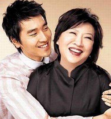 赵又廷与母亲戴一瑜