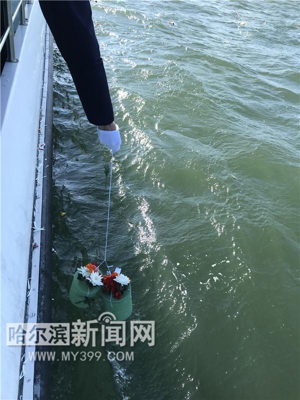 鲜花相伴 137位逝者入海长眠