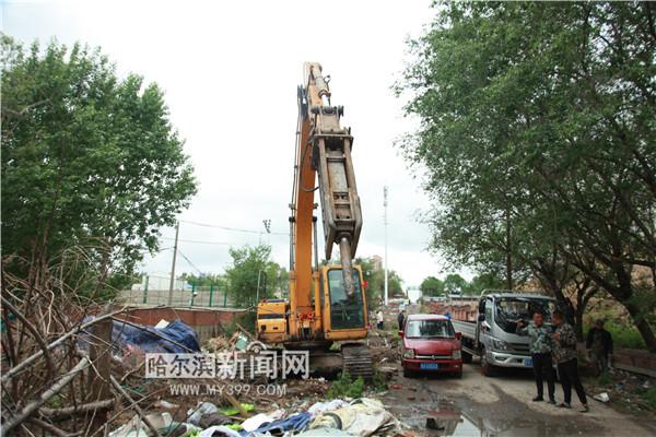 香坊区依法拆除河道边6500余平方米违法建设