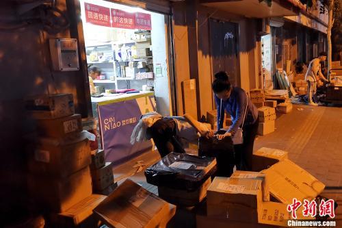 中国传媒大学,学生正在打包行李。张旭 摄