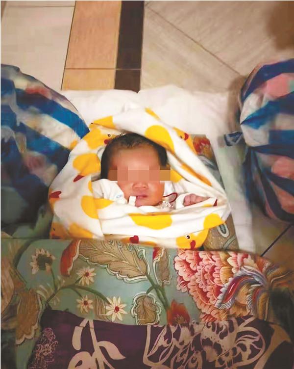 新生女婴被弃小区电梯口 脐带还在