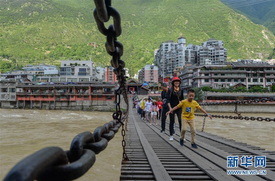 (壮丽70年·奋斗新时代——记者再走长征路·图文互动)(2)泸定桥畔的回响