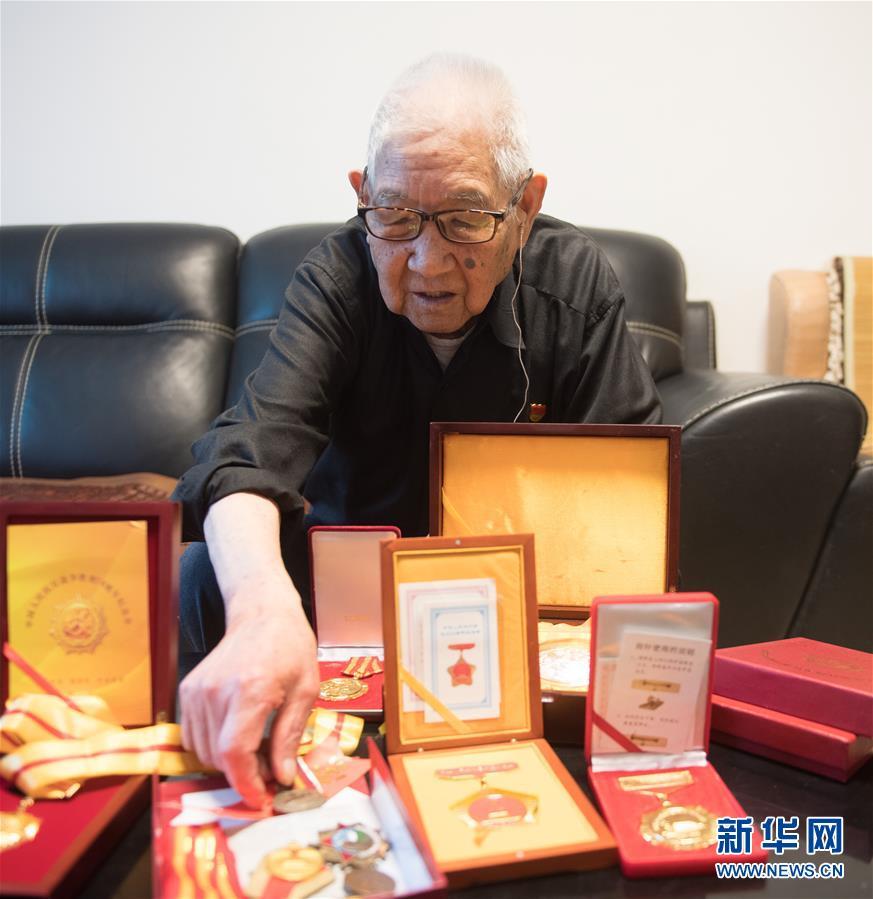 (新华全媒头条·爱国情 奋斗者·图文互动)(5)60岁,我才真正认识了父亲……
