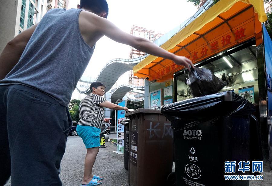 """(新华视点·图文互动)(3)上海垃圾分类""""满月"""":""""拎得清""""了,""""守得住""""么?"""
