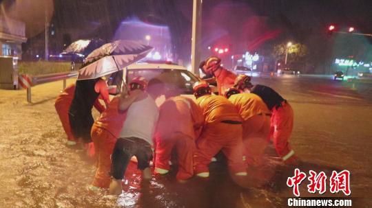 """台风""""利奇马""""横扫山东致3人被洪水冲走正在搜救"""