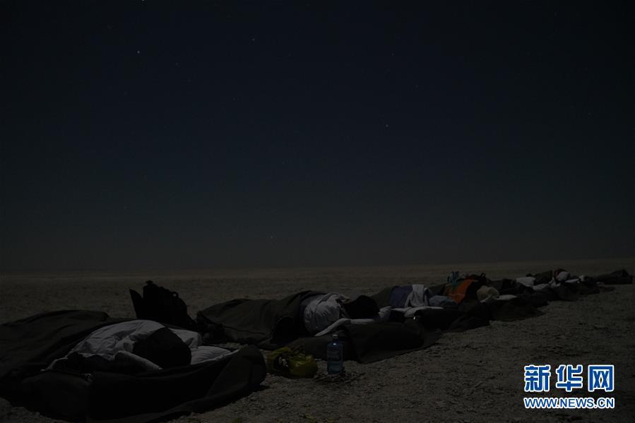 天游在马卡迪卡迪盐沼过夜