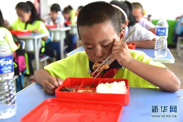 (在习近平新时代中国特色社会主义思想指引下——新时代新作为新篇章·总书记关心的百姓身边事·图文互动)(3)一蔬一饭都是爱——3700万农村娃的营养餐故事