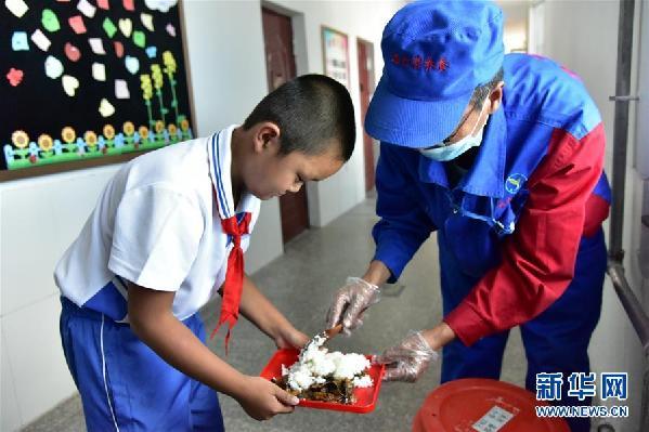 (在习近平新时代中国特色社会主义思想指引下——新时代新作为新篇章·总书记关心的百姓身边事·图文互动)(2)一蔬一饭都是爱——3700万农村娃的营养餐故事
