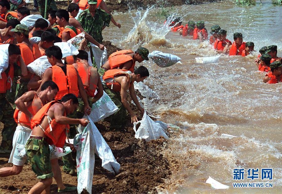 """(图文互动)(3)为了""""中国号""""巨轮扬帆远航——中国共产党领导下的人民军队忠于祖国、服务人民启示录"""