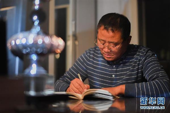 """(在习近平新时代中国特色社会主义思想指引下——新时代新作为新篇章·总书记关心的百姓身边事·图文互动)(5)一本""""村官""""日记里的扶贫路——小故事里的大情怀之四"""