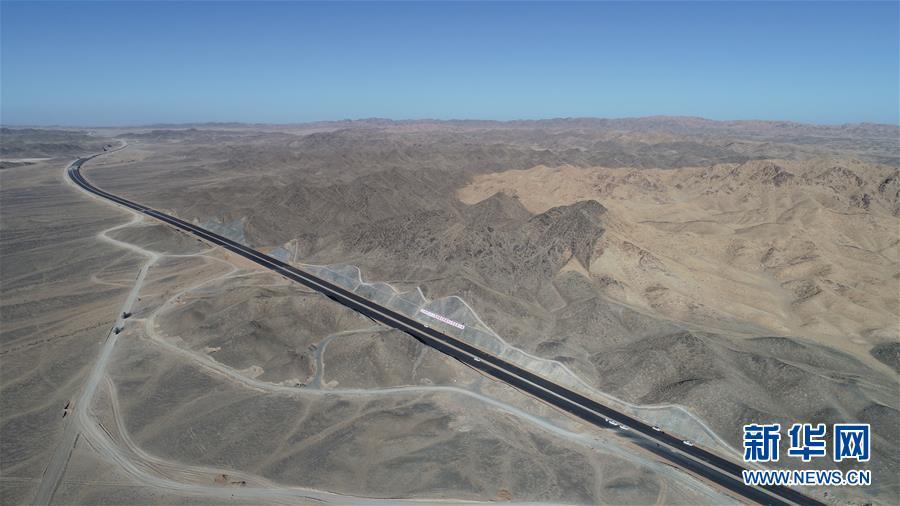 """(图文互动)(1)世界最长沙漠戈壁高速公路""""最后一公里""""取得重要进展"""
