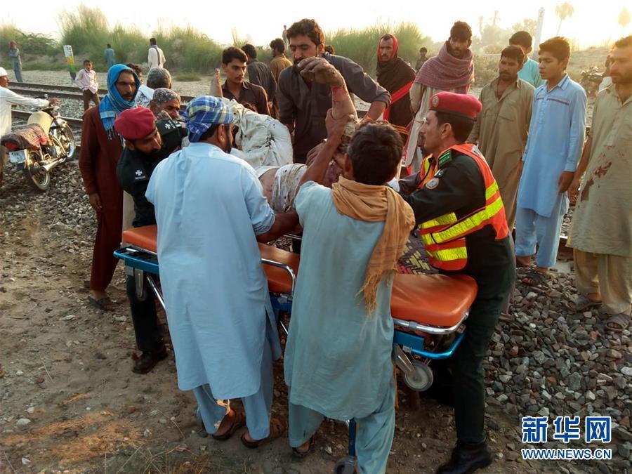 (国际)(4)巴基斯坦一旅客列车起火 导致至少65人死亡