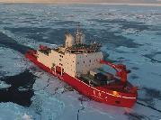 """(""""雪龙""""探南极·图文互动)(5)""""雪龙兄弟""""在企鹅群注视下穿越南极圈"""