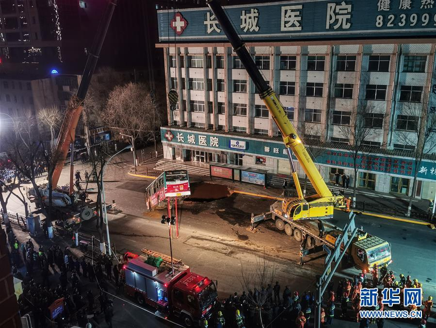 (新华网)(1)西宁市区一路面塌陷致车辆陷落 初步排查13人受伤2人失踪
