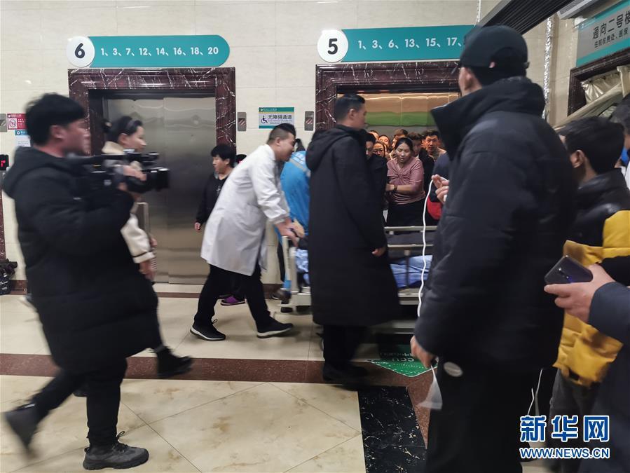 (新华网)(2)西宁市区一路面塌陷致车辆陷落 初步排查13人受伤2人失踪