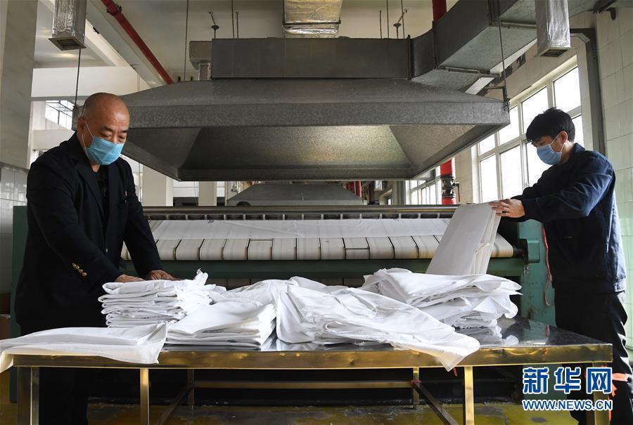 (聚焦疫情防控)(8)北京:加强列车卧具消毒 守护旅客乘车安全