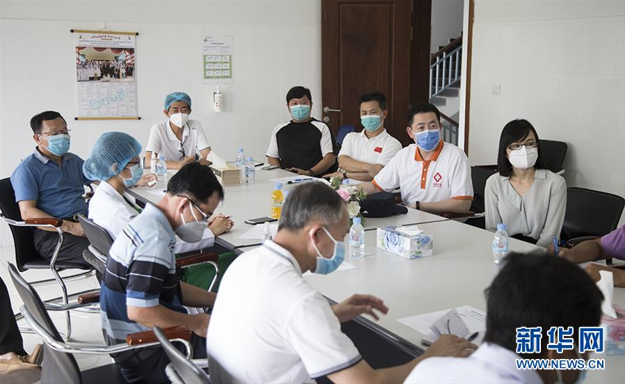 """(国际疫情·图文互动)(2)""""工作忙碌又细致,经验丰富又专业""""——一名柬埔寨青年眼中的中国援柬抗疫医疗专家组"""
