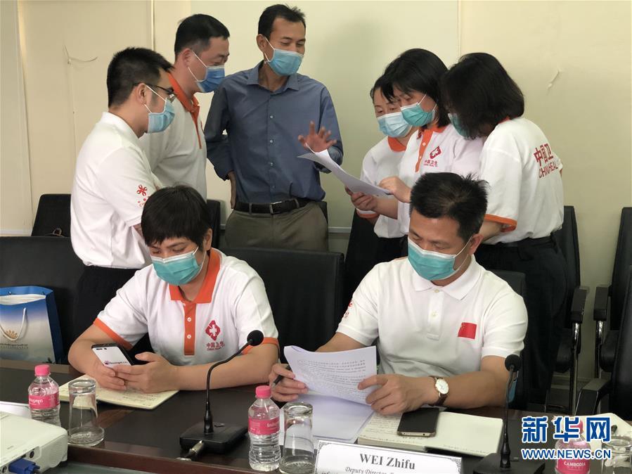 """(国际疫情·图文互动)(7)""""工作忙碌又细致,经验丰富又专业""""——一名柬埔寨青年眼中的中国援柬抗疫医疗专家组"""