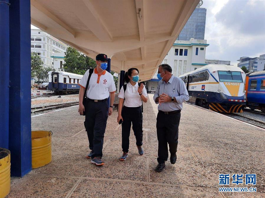"""(国际疫情·图文互动)(8)""""工作忙碌又细致,经验丰富又专业""""——一名柬埔寨青年眼中的中国援柬抗疫医疗专家组"""
