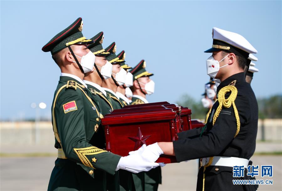 (国际)(3)第七批在韩中国人民志愿军烈士遗骸交接仪式在韩国举行