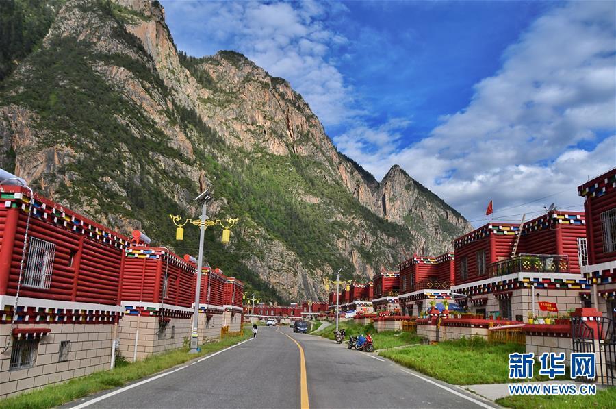 (新华全媒头条·图文互动)(1)命运的转折——写在四川甘孜藏族自治州建州70年之际