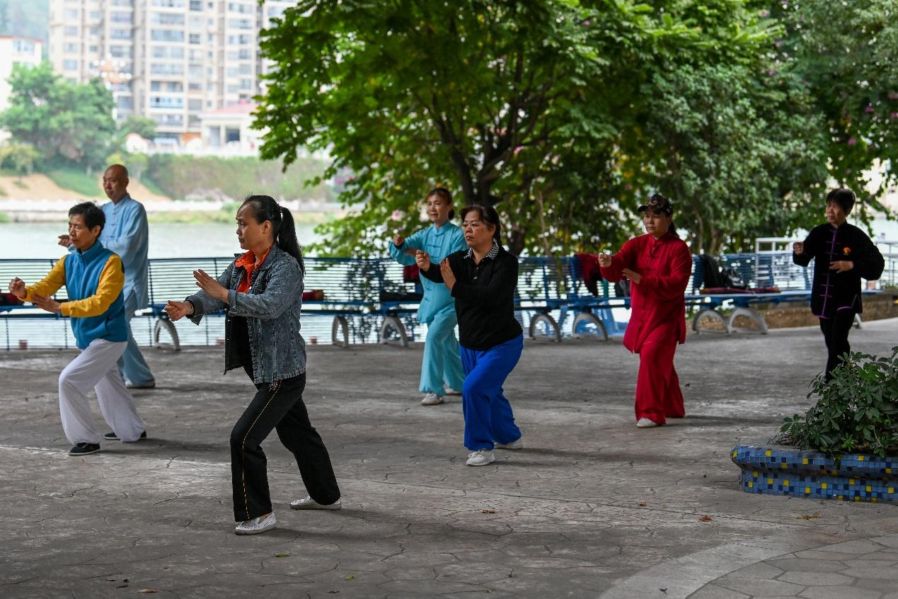 2020年11月23日,三明市东新公园,晨练的市民。